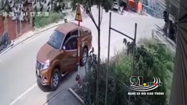 video khoanh khac chu xe may bat can bi o to dam vang hang chuc met