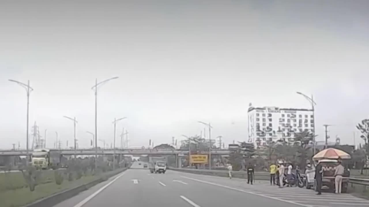 video xe tai di nguoc chieu tren cao toc vo tinh gap chot csgt