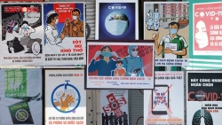 Video: Độc đáo những bức tranh cổ động chống dịch COVID-19 được treo khắp phố phường Hà Nội