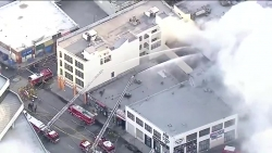 Video: TTTM ở Mỹ bất ngờ phát nổ rồi bốc cháy, 10 lính cứu hỏa bị thương