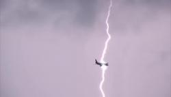 video khoanh khac may bay bi set danh sang choi tren bau troi