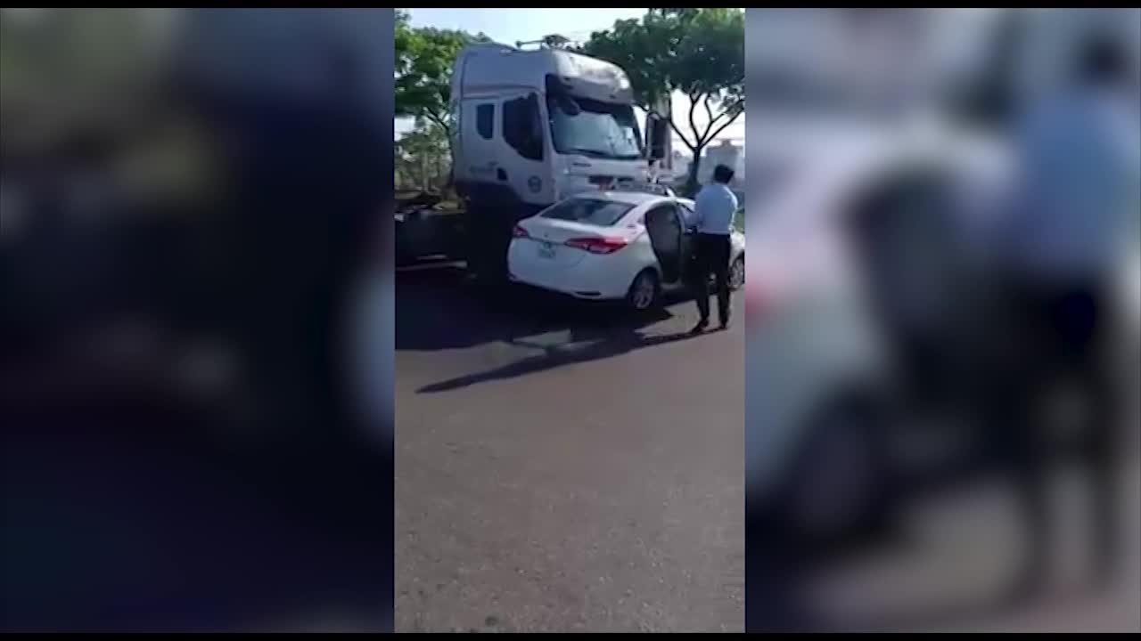 container dam re taxi tai xe va khach phi than ra ngoai