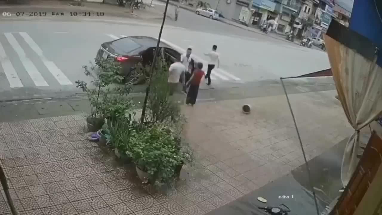 video ba gia thai nguyen duoi danh 4 ke xam tro chay troi chet