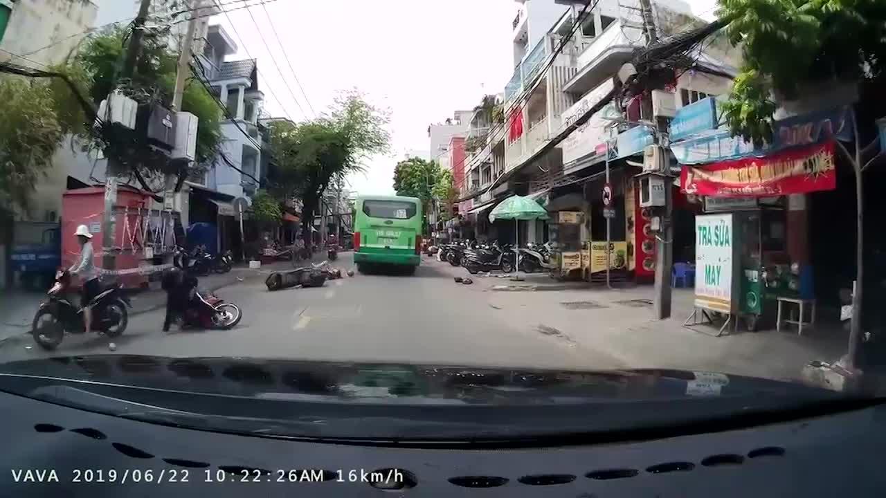video khoanh khac co gai suyt gap tu than trong gam xe buyt