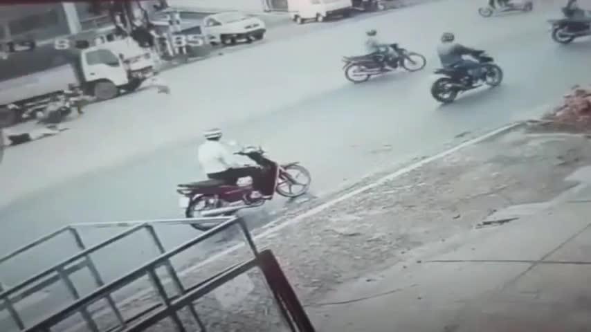 video cu vuot den do kinh hoang khien 4 nguoi lon bi thuong be gai nguy kich
