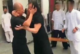 Bi hài trận quyết đấu như trẻ con đánh lộn của 2 cao thủ Trung Quốc