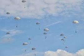 """Ngoạn mục cảnh hàng trăm lính dù Nga đổ bộ """"che kín"""" bầu trời"""