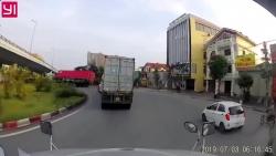 video container vao cua au bi lat gay nao loan duong pho