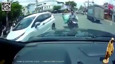 video nu ninja don nga 2 nguoi di xe may roi lanh lung bo di
