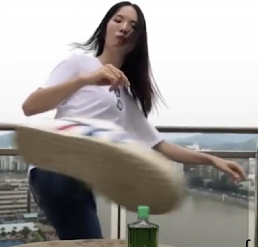 video co gai xinh dep da bay nap dau gio trong thu thach bottle cap challenge
