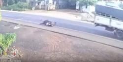 Video: Tự ngã xuống đường, người đàn ông bị xe tải cán tử vong