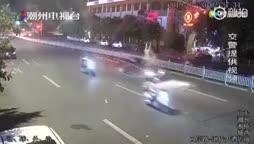 video hai co gai di catwalk sang duong bi o to dam vang tham khoc