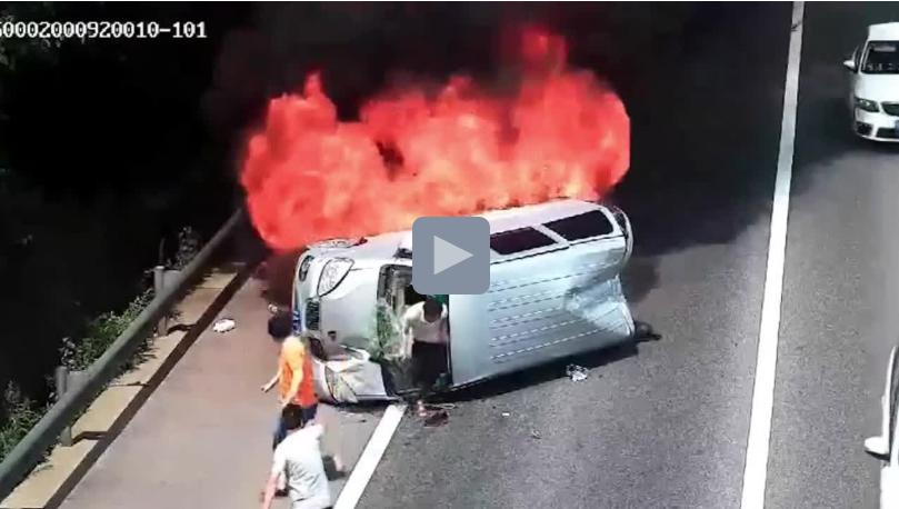 Clip: Ô tô bốc cháy sau tai nạn, tài xế đập cửa cùng khách thoát ra ngoài