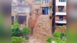 Lũ quét ở Trung Quốc: Bùn lầy chảy qua cửa sổ như thác đổ
