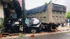 Clip: Ô tô con sang đường bất cẩn bị xe tải đâm nát, lao thẳng vào nhà dân