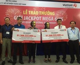 Vietlott trao thưởng hơn 91 tỉ đồng chia đều cho 2 người phụ nữ ở Long An và TP. HCM