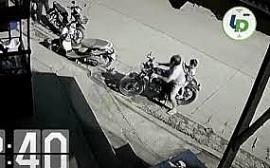 Clip: Bố giải cứu con trai suýt bị xe bán tải đâm trúng nhờ dự cảm từ trước