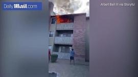 Clip: Thót tim nhìn người đàn ông đỡ bé trai 3 tuổi rơi từ ngôi nhà bốc cháy