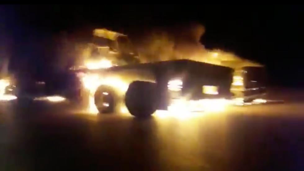 Clip: Đoàn xe hậu cần của Mỹ bị tấn công bốc cháy dữ dội giữa đường cao tốc ở Iraq
