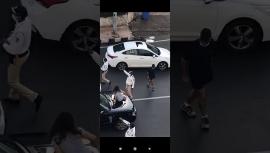 Clip: Vợ nhảy lên ô tô đánh ghen, đấm đá chồng túi bụi khiến cả tuyến đường ùn tắc
