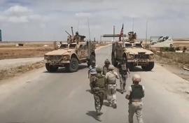 Clip: Xe bọc thép Nga bất ngờ chặn xe quân sự Mỹ tại Syria để...