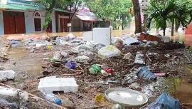 Clip: Đường phố ngập lụt, rác thải ùn lên cửa nhà sau cơn mưa lớn ở Hà Giang