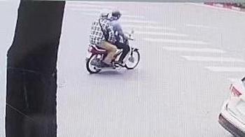 Clip: Khoảnh khắc 2 kẻ bịt mặt lao vào cướp ngân hàng BIDV ở Hà Nội