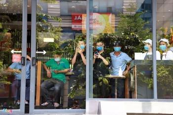 Phong toả và phun khử trùng cửa hàng pizza có nhân viên nghi nhiễm COVID-19 ở Hà Nội