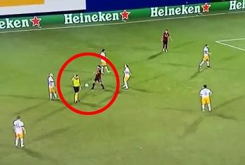 Clip: Cầu thủ nhận thẻ đỏ sau khi sút thẳng bóng vào người trọng tài vì cay cú