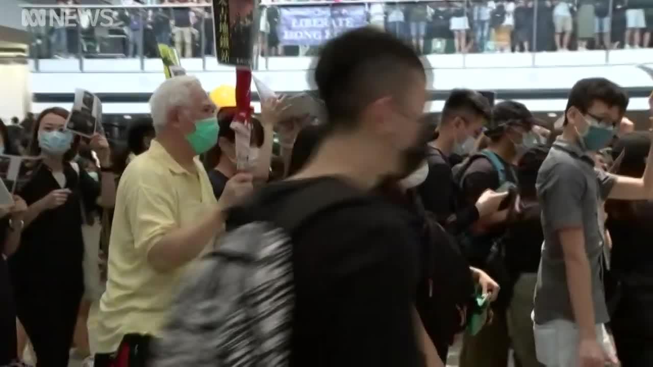 video san bay hong kong that thu