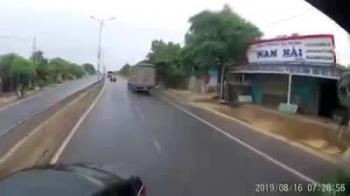 video tai xe container het sau khi dam re o to vuot au