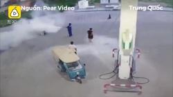 Video: Hút thuốc ở trạm xăng, người đàn ông bị xịt bình cứu hoả vào người