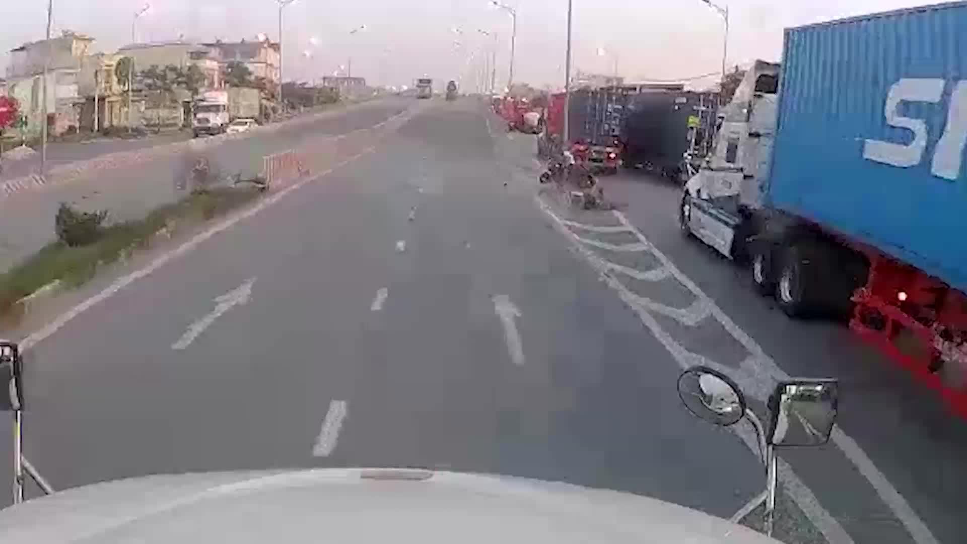 video 2 thanh nien suyt chet vi tat dau hang loat container