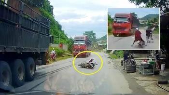 Clip: Tránh cụ ông đi xe đạp, người phụ nữ lao thẳng vào xe đầu kéo suýt mất mạng