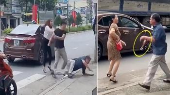 Clip: Va chạm trên đường, 2 tài xế đánh nhau dữ dội, cầm thắt lưng vụt ô tô đối thủ