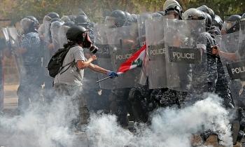 Clip: Hàng nghìn người biểu tình ở Lebanon dựng giá treo cổ giả, chiếm giữ các tòa nhà công quyền