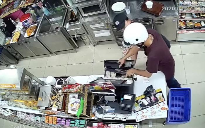 Clip: Khoảnh khắc tên cướp rút dao cướp tiền tại cửa hàng tiện lợi giữa phố Sài Gòn