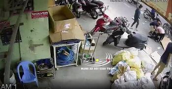 Clip: Truy tìm tài xế phóng ô tô đâm gãy chân người phụ nữ rồi bỏ chạy ở Nha Trang