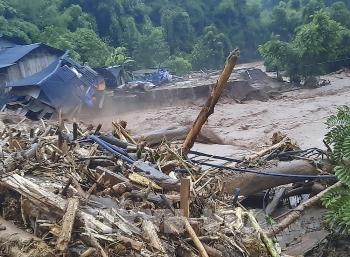 Clip: Hãi hùng mưa lũ quét khiến nhà dân và trường học tan hoang ở Điện Biên