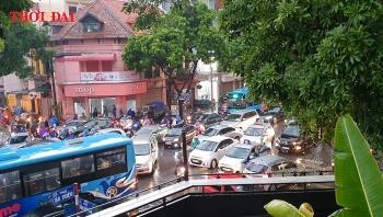 """Clip: Ô tô và xe máy """"bơi"""" trong nước, đường phố ùn tắc sau trận mưa kinh hoàng trút xuống Hà Nội"""