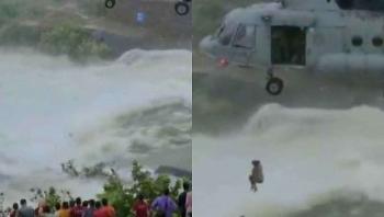 Clip: Ấn Độ điều trực thăng Mil Mi-17 giải cứu người dân kẹt giữa dòng nước lũ chảy xiết