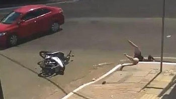 Clip: Hãi hùng ô tô đâm cô gái rơi xuống cống không có nắp đậy trên đường