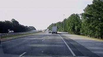 Clip: Ô tô bị container đâm nát vụn sau cú vượt ẩu kinh hoàng