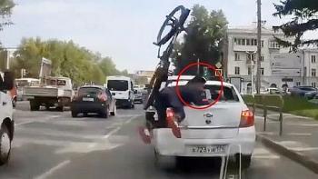 Clip: Không quan sát đâm vỡ kính ô tô, thanh niên vác xe đạp bỏ chạy