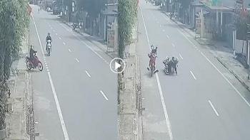 """Clip: Cô gái đầu trần phóng xe máy """"đốn ngã"""" 2 cha con trên đường quốc lộ"""
