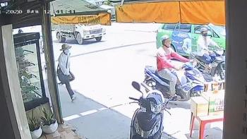 Clip: Nam thanh niên phóng xe máy cướp vé số của người khuyết tật khiến dân mạng phẫn nộ