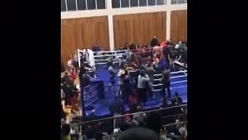 """Clip: Đánh lén tay đấm nghiệp dư, võ sĩ chuyên nghiệp bị khán giả """"đánh hội đồng"""" trên sàn đấu"""