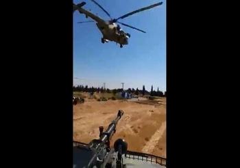 """Clip: Trực thăng Nga áp sát, """"chạm trán"""" xe quân sự Mỹ tại Syria"""