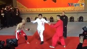 Clip: VĐV boxing dùng 1 tay hạ gục cao thủ phái Vịnh Xuân