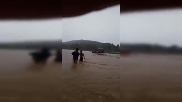 video hai hung xe khach cho hang chuc nguoi co vuot qua dong lu chay xiet